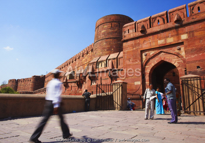 awl-images.com - India / People at Amar Singh Gate of Agra Fort, Agra, Uttar Pradesh, India