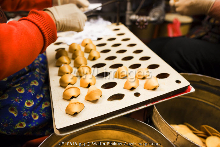 awl-images.com - USA / USA, California, San Francisco, Chinatown, fortune cookie factory