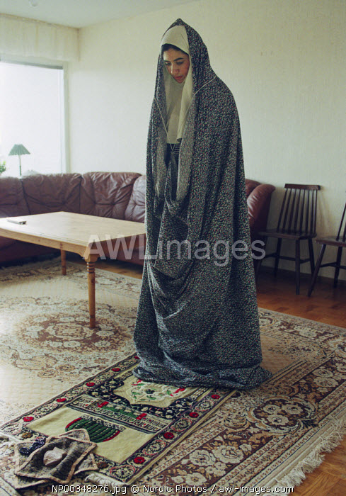 awl-images.com - Sweden / Young Shia-Muslim girl praying at home in Rinkeby, Sweden