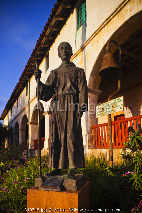 awl-images.com - USA / USA, California, Southern California, Santa Barbara, Mission Santa Barbara, statue of Father Junipero Serra