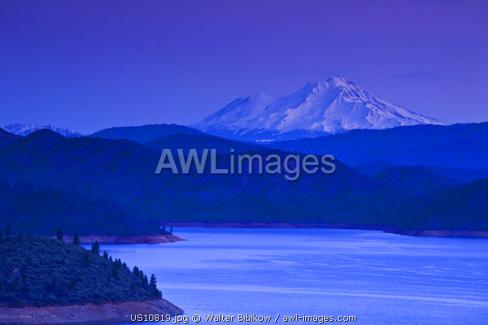 awl-images.com - USA / USA, California, Northern California, Northern Mountains, Summit City, Shasta Lake and view of Mount. Shasta, dawn