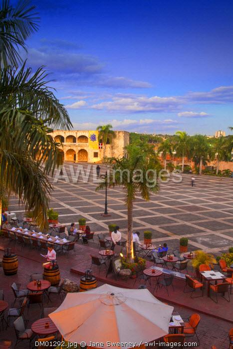 Dominican Republic, Santa Domingo, Colonial zone, Alfresco dining in Plaza Espana, overlooking Alcazar de Colon