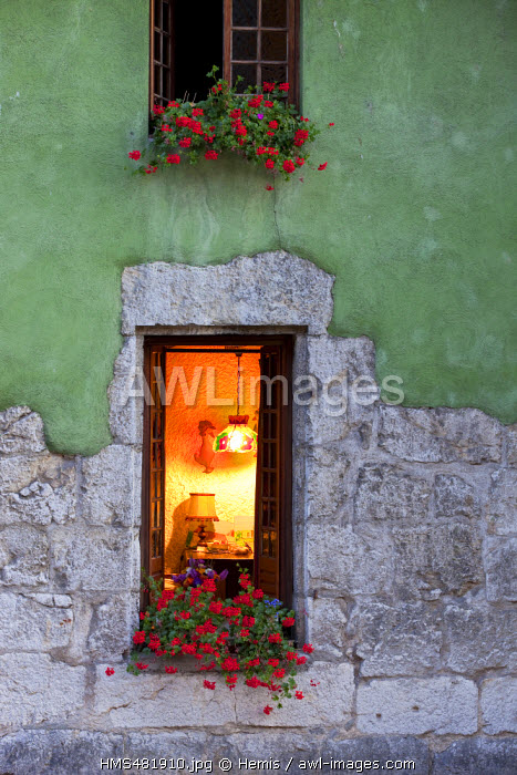 France, Haute Savoie, Annecy, old town on the Thiou river banks, Window at the edge of the Isle Quays
