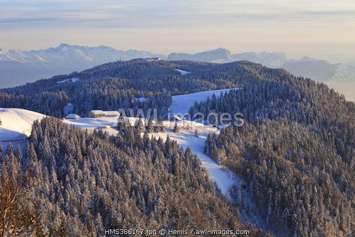 France, Savoie (73), Le Revard, parc naturel régional du massif des Bauges, panorama au dessus du lac du Bourget, vue sur la chaîne de Belledone et le massif de la Chartreuse