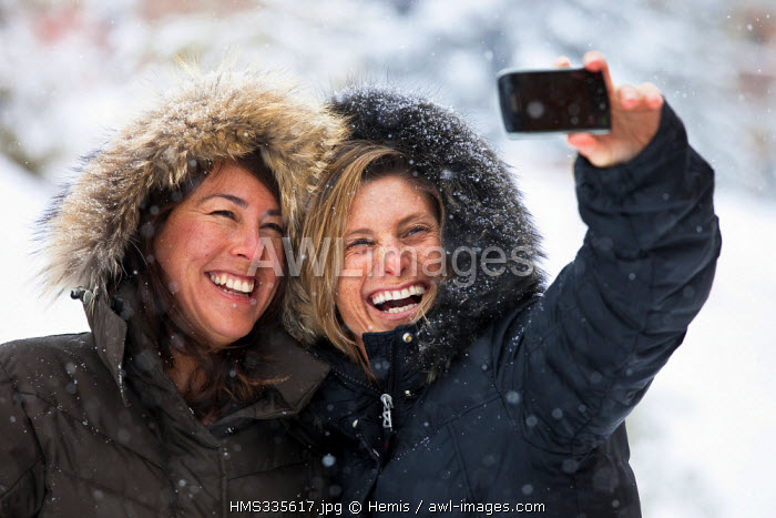 France, Savoie, Meribel, young women on holidays