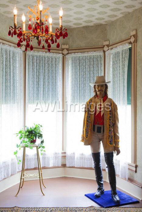 USA, Nebraska, North Platte, Scout's Rest Ranch, former home of Western legend Buffalo Bill Cody, main house interior with Buffalo Bill statue