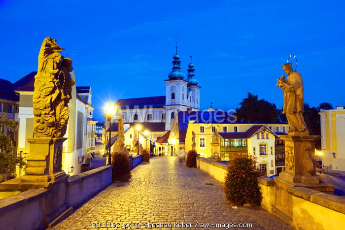 Europe, Poland, Silesia, Klodzko, Baroque statues on Gothic stone bridge (1390) over Mlynowka River