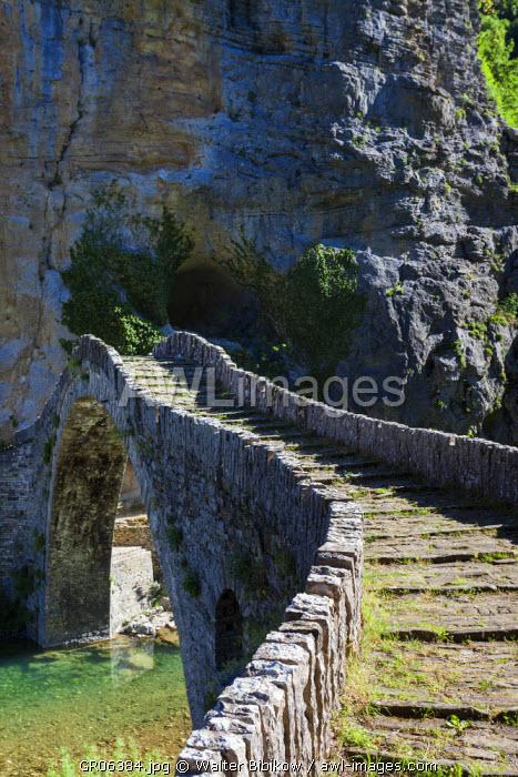 Greece, Epirus Region, Zagorohoria Area, Vikos Gorge, Ottoman-era arched bridge over the Voidomatis River