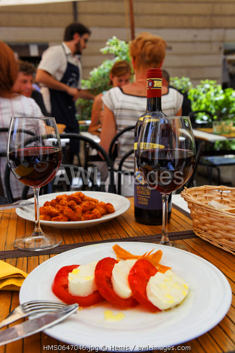 Italy, Lazio, Rome, historical center listed as World Heritage by UNESCO, Cicala e Formica restaurant, located at the 17 Via Leonina, dish of tomatoes with mozzarella