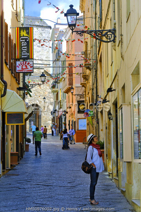 Italy, Sardinia, Sassari Province, Alghero, Via Gilbert Ferret, pedestrians in a shopping street of the old town