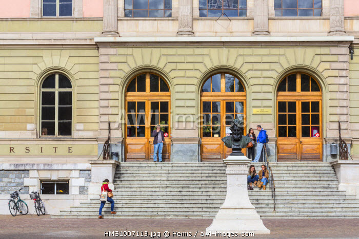 Switzerland, Geneva, University of Geneva, Uni Bastions, building from the late 19th century which houses the College of Humanities and Theology, bronze statue of the Swiss naturalist and physician Carl August Christoph Vogt