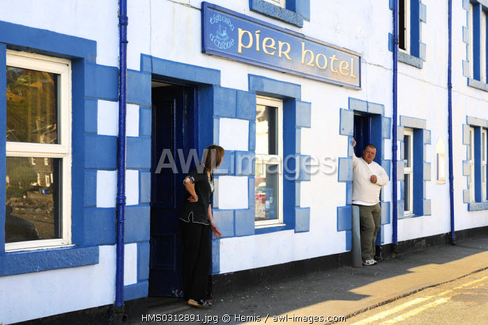United Kingdom, Scotland, Highlands, Hebrides, Isle of Skye, harbour of Portree, discussion in front of the hotel