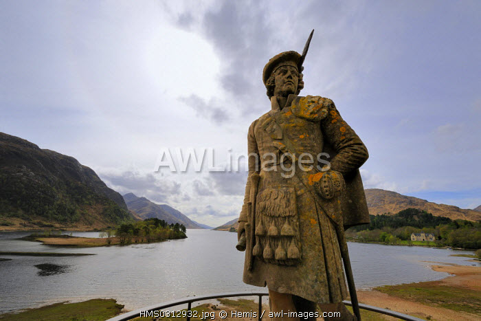 United Kingdom, Scotland, Highlands, statue of an Highlander on Glenfinnan Monument, to mark the spot where Bonnie Prince Charlie started the battle to regain the crown and Loch Shiel