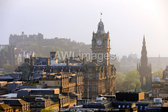 United Kingdom, Scotland, Edinburgh, listed as World Heritage by UNESCO, general view of the city dominated by its castle, monument to Walter Scott on the right