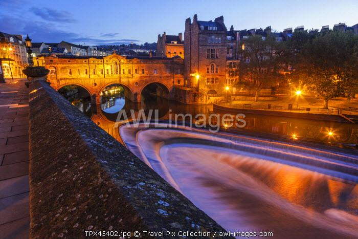England, Somerset, Bath, Pulteney Bridge and River Avon