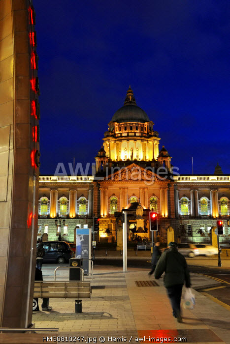 United Kingdom, Northern Ireland, Belfast, the City Hall on Donegal square and column of the memory of Titanic