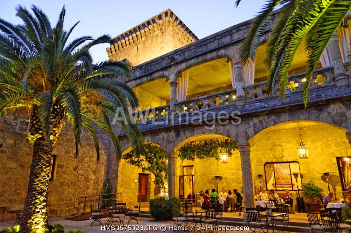Spain, Extremadura, Jarandilla de la Vera, medieval castle of the 15th century was the home of Carlos V and transformed now into a Parador of Tourism, patio under the palms