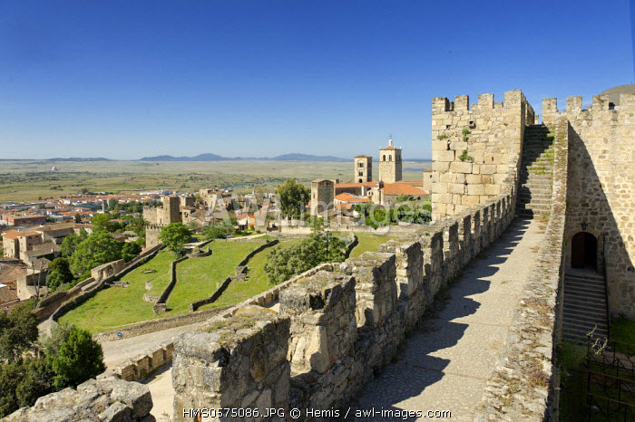Spain, Extremadura, Trujillo, Trujillo castle built in the 10th century, walkway overlooking the city and the plain