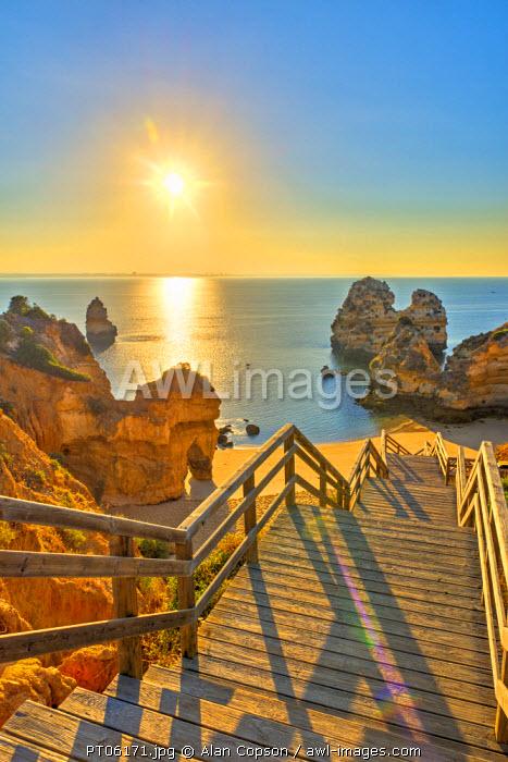 Portugal, Algarve, Lagos, sunrise over Camilo Beach (Praia do Camilo)