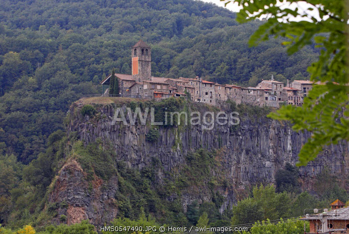 Spain, Catalonia, Natural Park of Garrotxa, Castellfollit de la Roca, village atop a basalt cliff