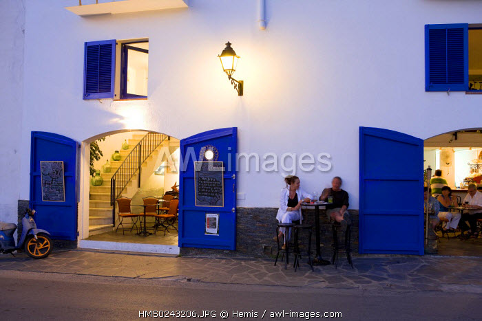 Spain, Catalonia, Costa Brava, Cadaques, restaurant bar of the harbour