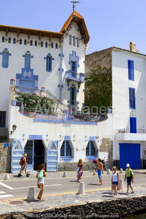 Spain, Catalonia, Costa Brava, Cadaques, house near the harbour