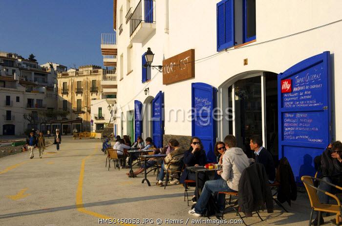 Spain, Catalonia, Costa Brava, Cadaques, cafe terrace