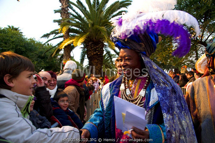 Spain, Catalonia, Barcelona, Christmas celebrations, parade of the Three Wise Kings from the East, on the 5th of January, they bring presents to children in Spain, King Balthassar getting a letter full of wishes from a child