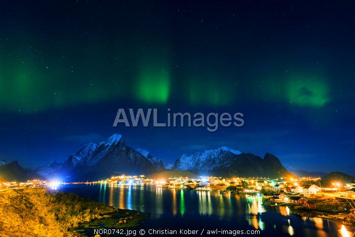 Europe, Scandinavia, Norway, Lofoten islands, Moskenesoy, Reine, northern lights
