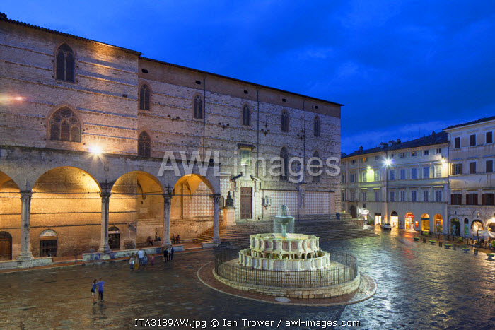 Fontana Maggiore and Duomo in Piazza IV Novembre at dusk, Perugia, Umbria, Italy