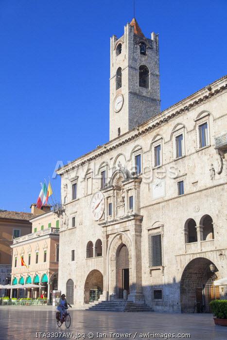 Palazzo dei Capitani del Popolo in Piazza del Popolo, Ascoli Piceno, Le Marche, Italy
