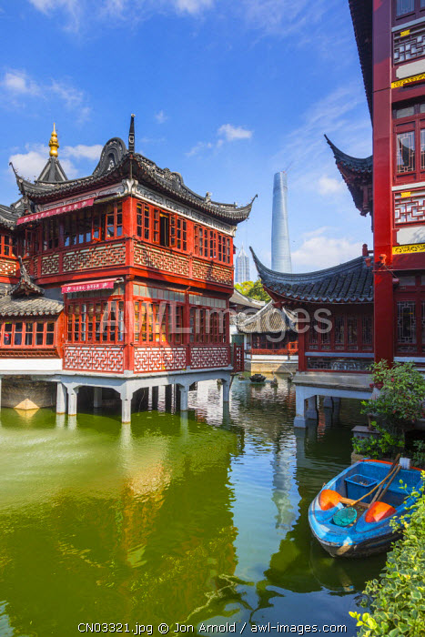 Tea house at the YuYuan Gardens and Bazaar with the Shanghai Tower behind, Old Town, Shanghai, China