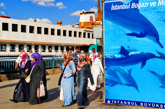 Turkey, Istanbul, Sultanahmet District, Resadiye Quay, passengers taking ferry boats on the Bosphorus