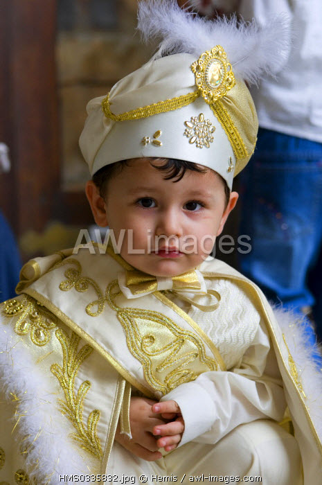 Turkey, Istanbul, historical centre listed as World Heritage by UNESCO, Sultanahmet District, Sultan Ahmet Camii (Blue Mosque), little boy dressed up like a Sultan on his circumcision day in the mosque courtyard