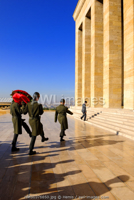 Turkey, Central Anatolia, Ankara, soldiers carrying a bouquet in the Ataturk Mausoleum