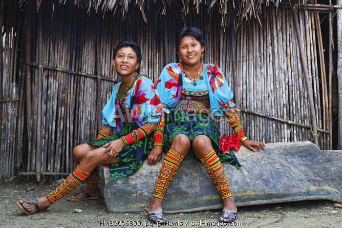 Panama, San Blas archipelago, Kuna Yala, Kunas indigenous community, portrait of two young indigenous women sitting Kuna on a fishing boat