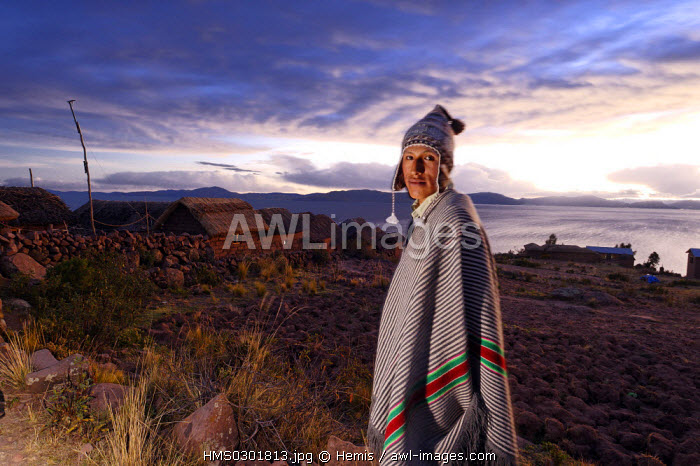 awl-images.com - Peru / Peru, Puno Province, Titicaca lake, Llachon, 4000 m of altitude, the nights are fresh and and the poncho made of alpaga is useful