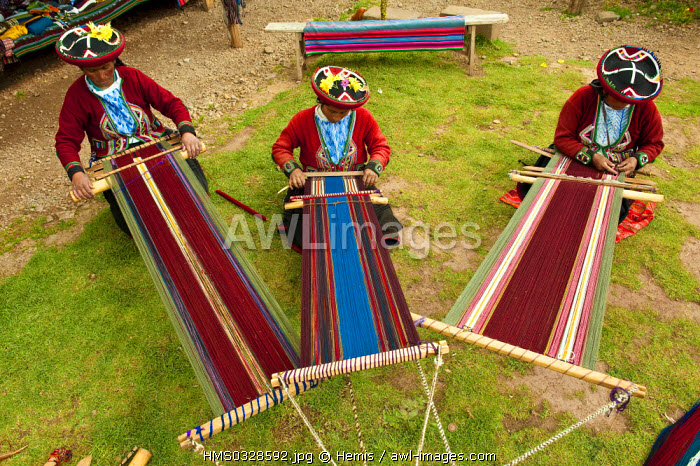 Peru, Cuzco Province, Incas sacred valley, Chinchero, Quechua Indian weavers from the Awana Wasi community