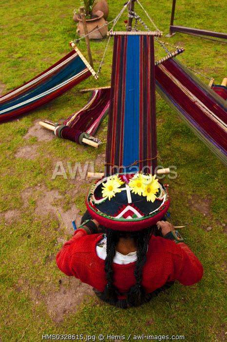 Peru, Cuzco Province, Incas sacred valley, Chinchero, Quechua Indian weavers from the Awana Wasi community weaving