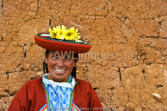 Peru, Cuzco Province, Incas sacred valley, Chinchero, Quechua weaver women from the Awana Wasi