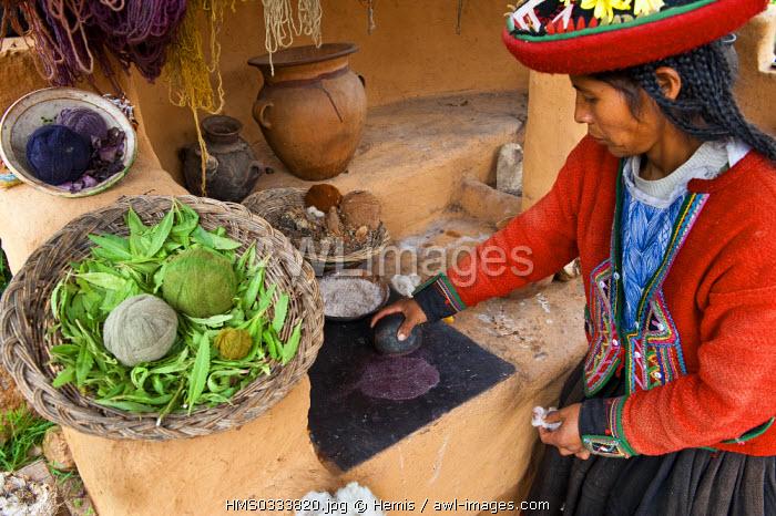 Peru, Cuzco Province, Incas sacred valley, Chinchero, Quechua weaver women from the Awana Wasi community showing their work of llama and alpaca wool