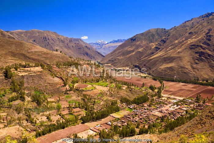 Peru, Cuzco Province, Incas Sacred Valley, panorama over Taray village and Urubumba River