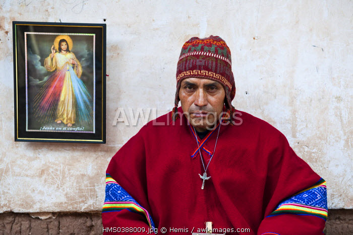 Peru, Cuzco Province, Huasao, listed as mystical touristic village, Pablo, shaman (curandero) officiating in the village, ceremony with coca leaves
