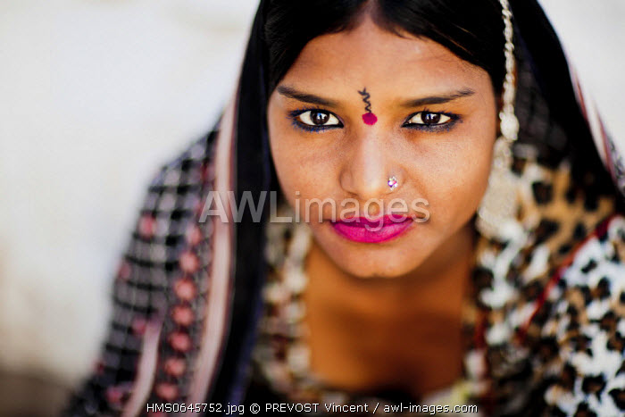 India, Rajasthan state, Pushkar, portrait of a young woman from a gypsy family