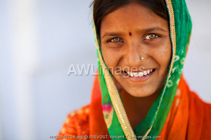 India, Rajasthan state, Pushkar, portrait of a young female singer from a gypsy family