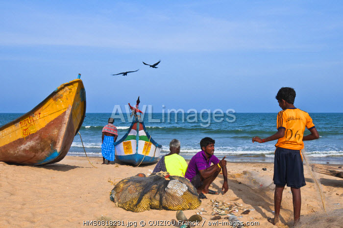 India, Tamil Nadu State, Mahabalipuram (or Mamallapuram), fishermen on the beach