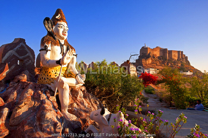 India, Rajasthan state, Jodhpur, statue of Lord Shiva and the Mehrangarhr Fort