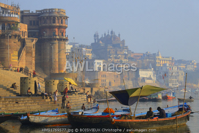 India, Uttar Pradesh, Varanasi, Ganga Mahal Ghat and Aurangzeb Mosque