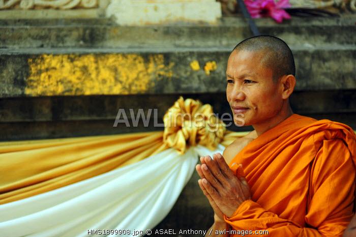 India, Bihar state, Bodh Gaya, listed as World Heritage by UNESCO, Mahabodhi Temple Complex (Great Awakening Temple), Buddhist temple where Siddhartha Gautama, the Buddha, attained enlightenment, monks praying