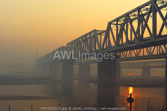 India, Bihar state, Patna, Sonepur, man crossing the Gangak river at sunrise by boat
